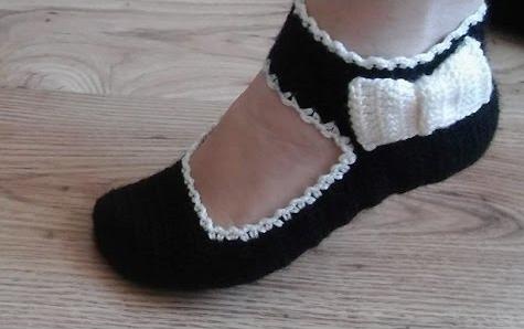 Sapato de Crochê Preto com Laço Branco