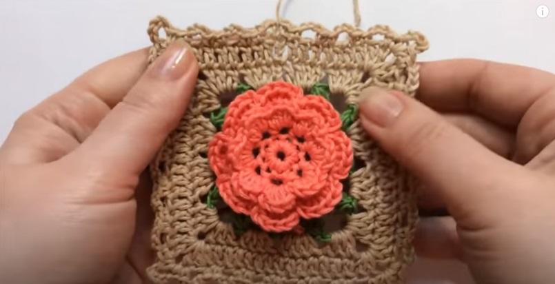 Motivo de Crochê Marrom com Flor