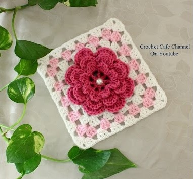 Square de Crochê Rosa e Branco com Flor