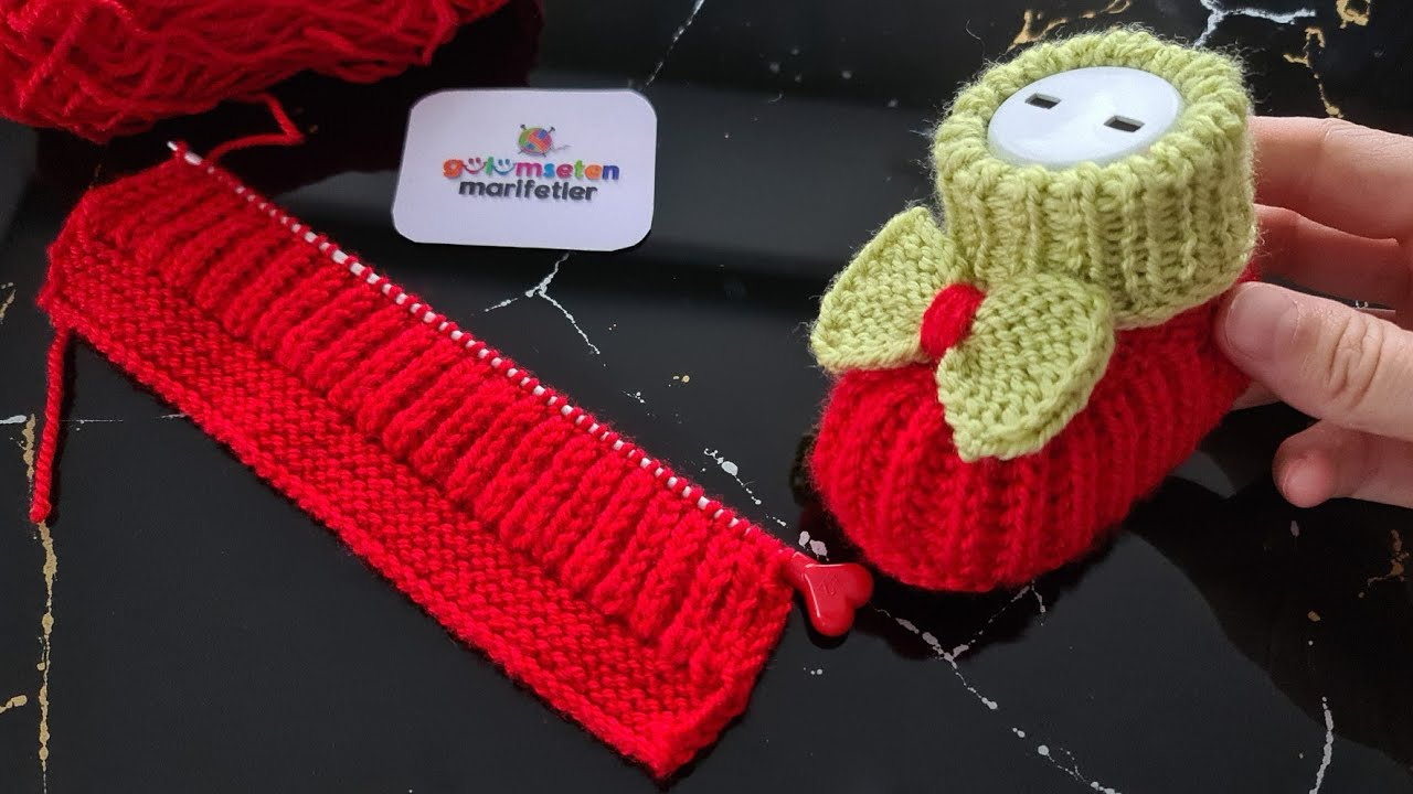 Botinha de Tricô Infantil Vermelha e Bege com Lacinho